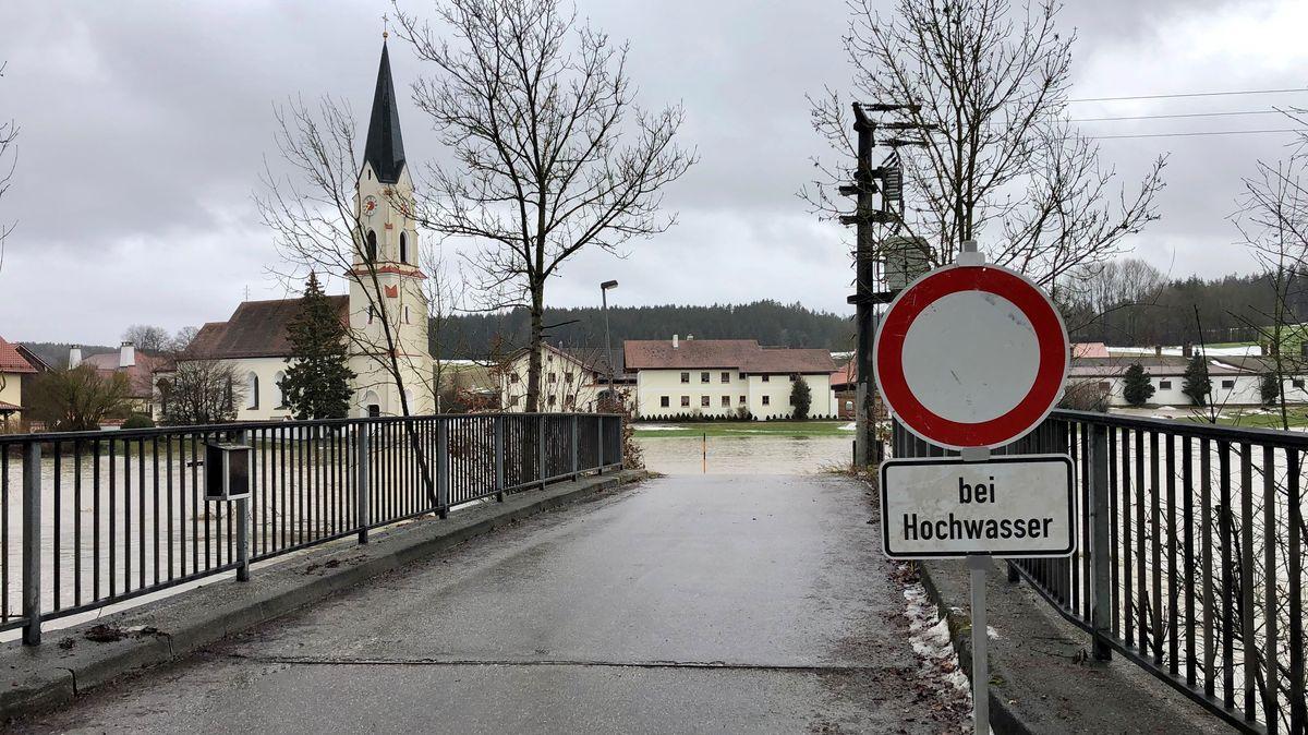 Die Vils bei Diemannskirchen im Kreis Landshut ist über die Ufer getreten