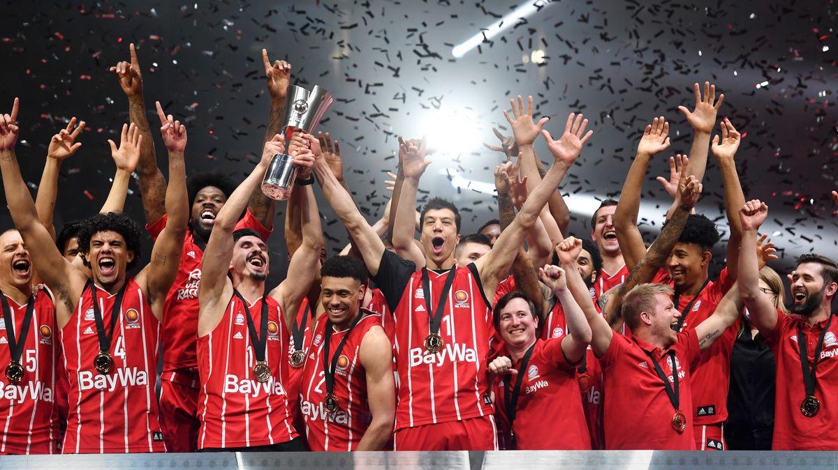 Basketball-BBL-Pokal, Final Four. Die Spieler des FC Bayern jubeln nach dem Finalsieg in München.