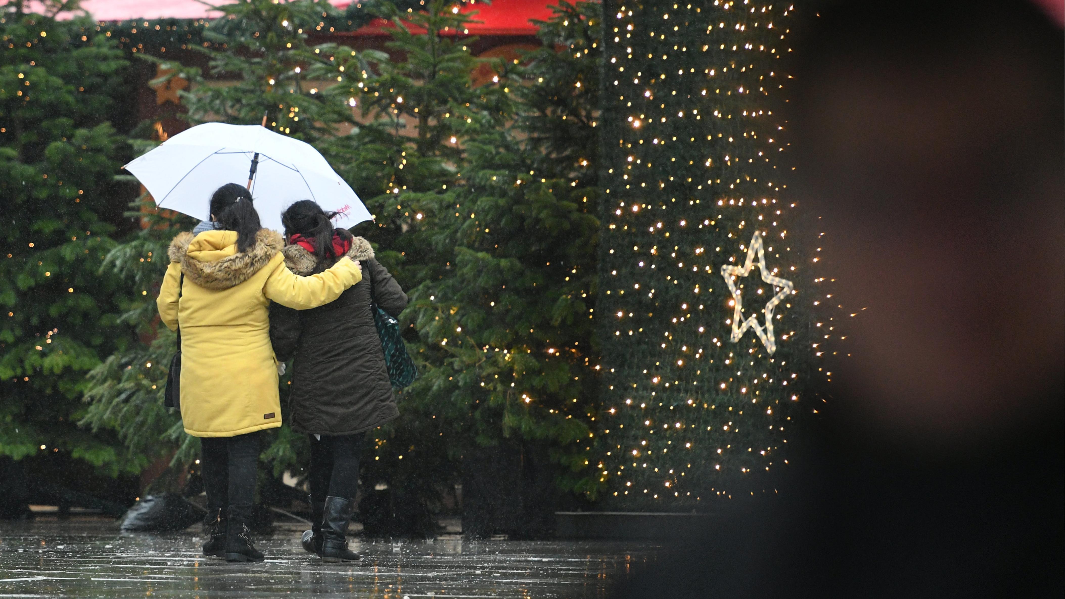Besucher gehen auf dem Weihnachtsmarkt