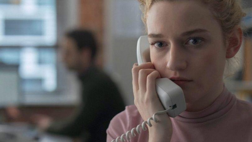 """Julia Garner als Jane am Telefon in """"The Assistant"""" von Kitty Green"""