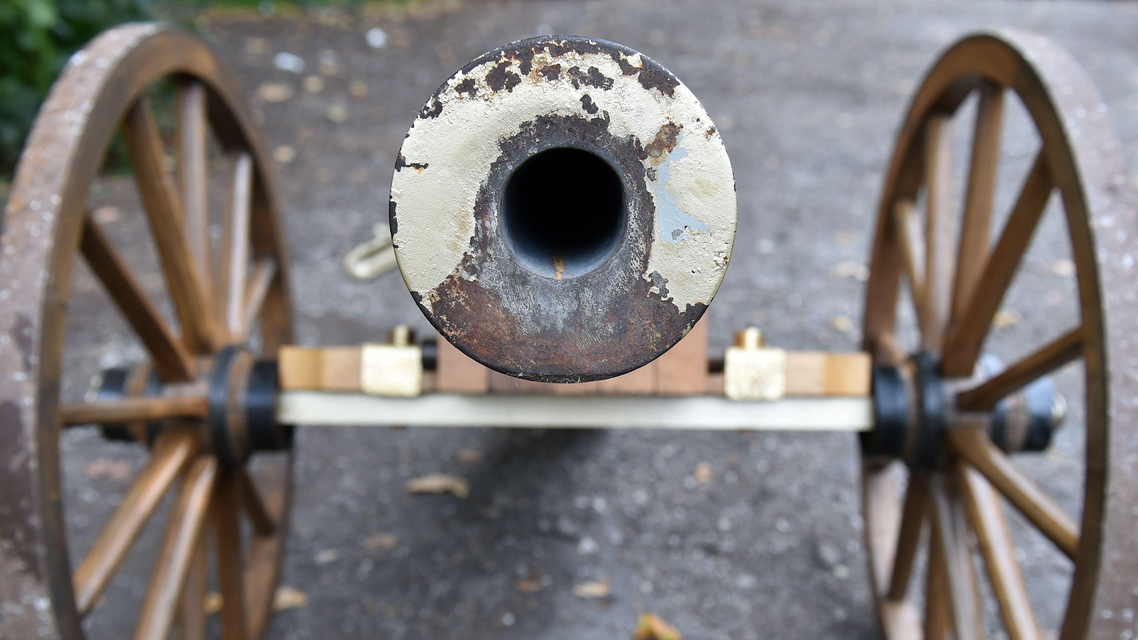 Blick in die Mündung einer Schwarzpulver-Kanone (Symbolbild)