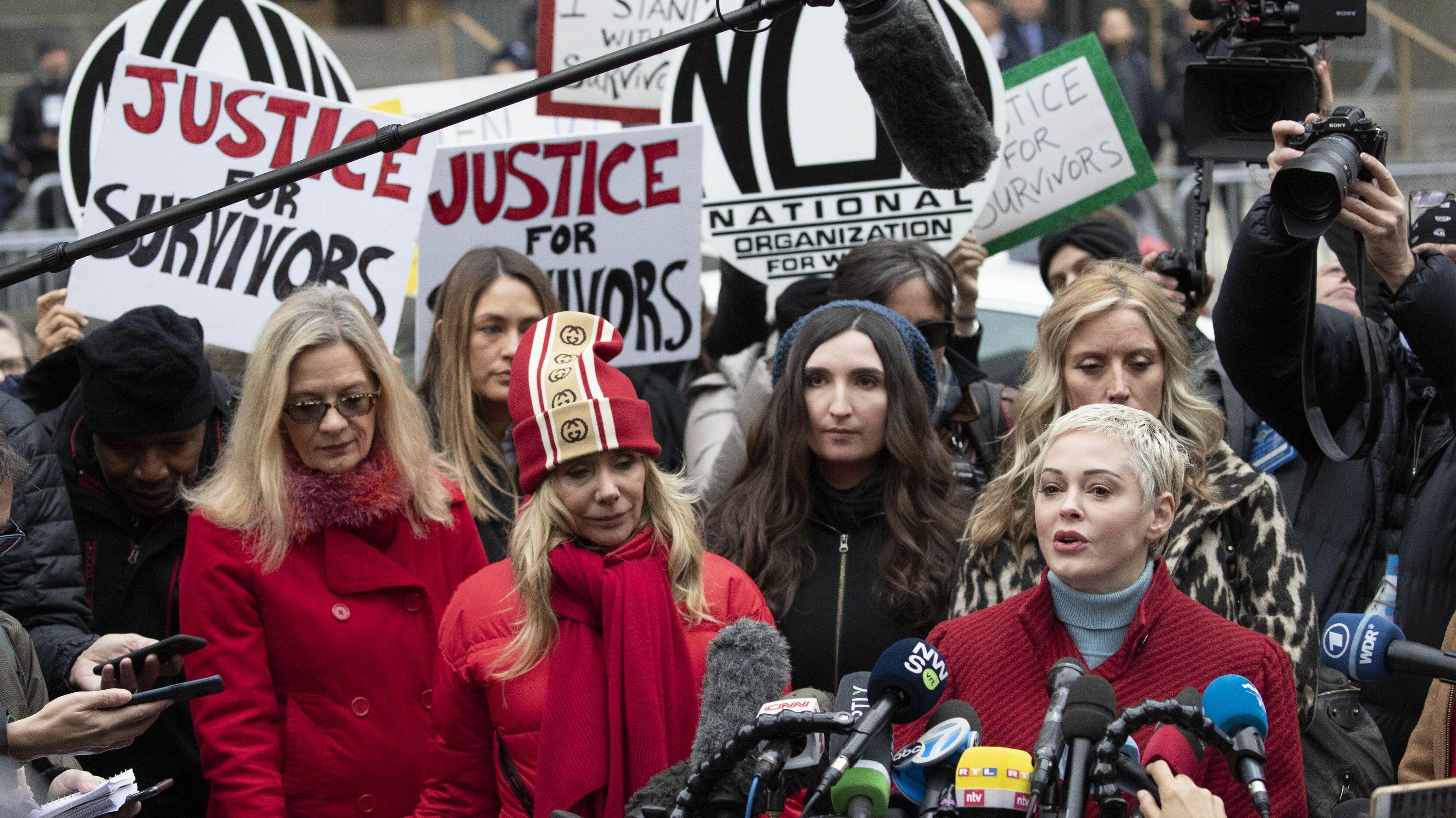 Die Schauspielerin Rose McGowan (r), spricht vor dem Obersten Gericht des Bundesstaates New York in Manhattan bei der Ankunft von Harvey Weinstein in die Mikrofone.