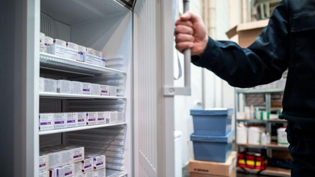Der Impfstoff der Firma Astrazeneca lagert im Kühlschrank eines Impfzentrums.