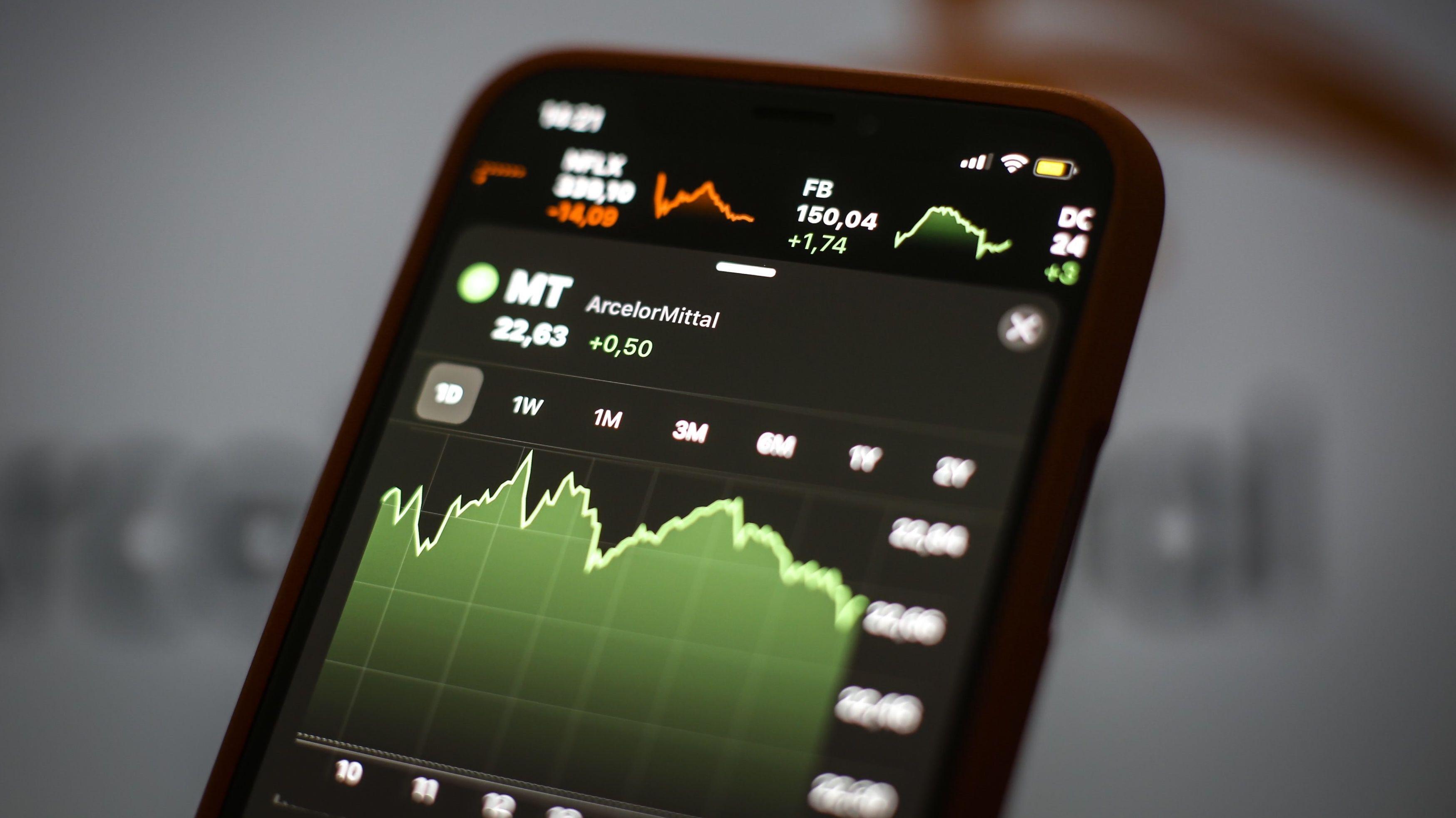 Smartphone mit Ansicht von DAX-Kurve