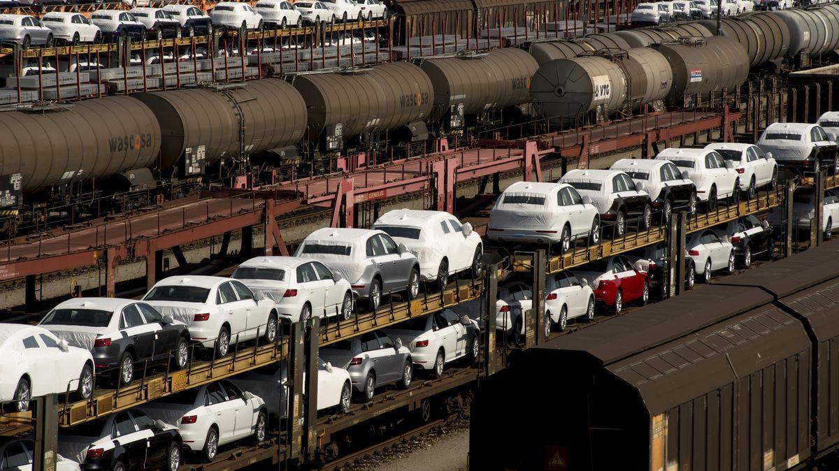Neuwagen auf Güterzügen warten am Rangierbahnhof München-Allach auf die Auslieferung