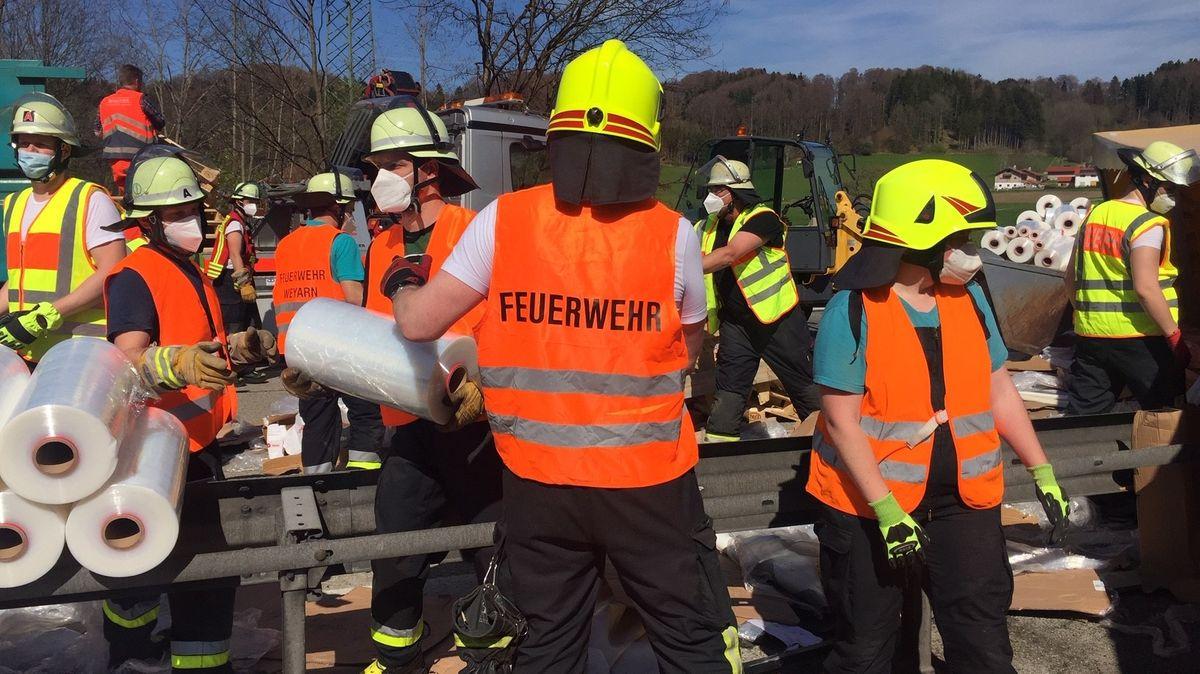 Kräfte der Feuerwehr bergen die Ladung, die aus Folienrollen bestand.