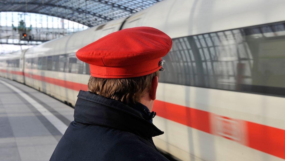 Tarifverhandlungen Bahn ARCHIV - Berlin: Ein Bahn-Mitarbeiter steht im Berliner Hauptbahnhof am Bahnsteig an einem einfahrenden ICE. (zu dpa «Bahn und EVG bei Tarifverhandlungen in wichtigen Punkten einig.)