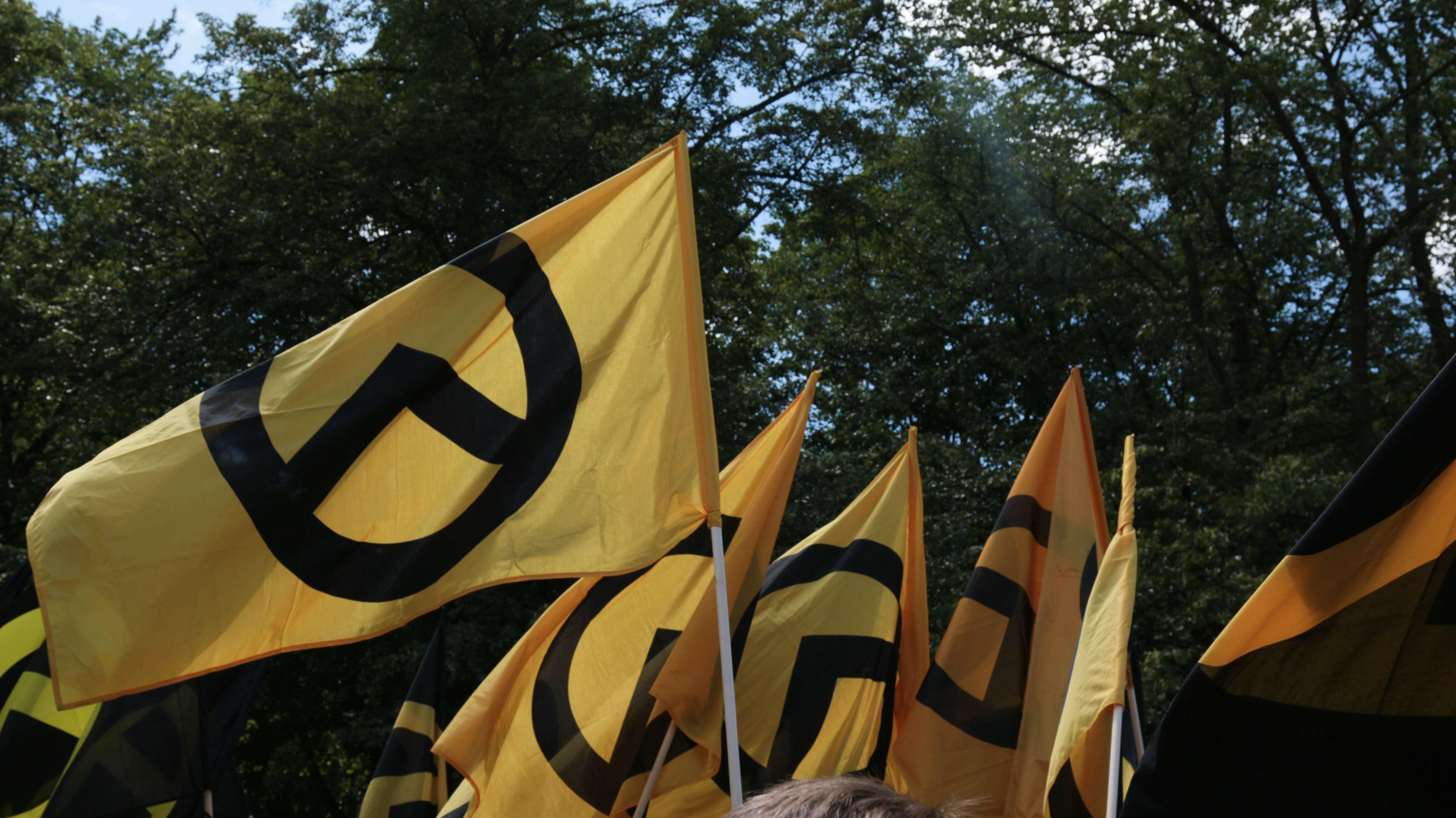 Symbolbild: Flaggen der rechtsextremen Identitären Bewegung bei Demonstration in Berlin