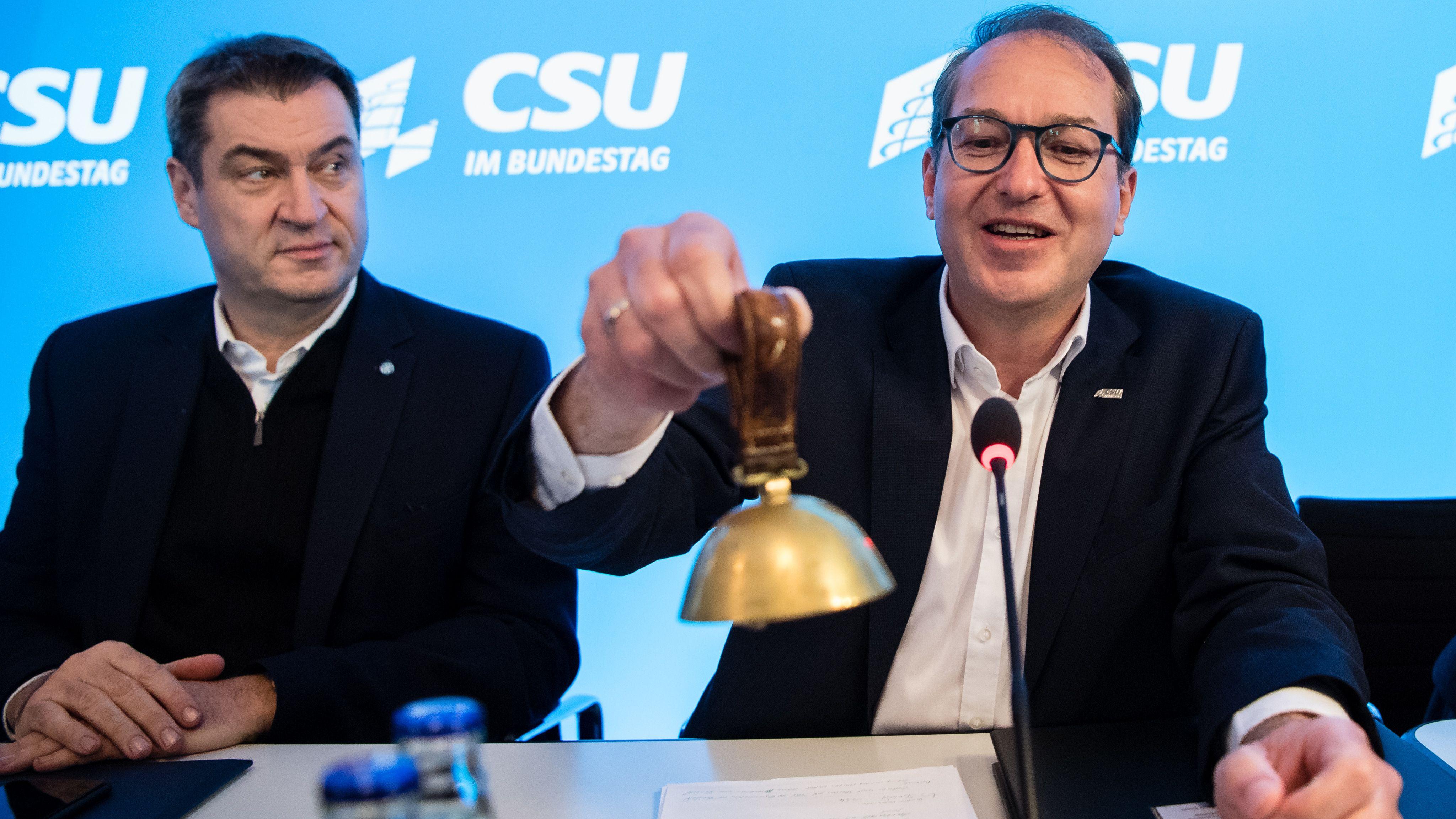 Alexander Dobrindt, CSU-Landesgruppenchef (r), läutet zum Auftakt der Winterklausur der CSU-Landesgruppe im Bundestag im Tagungsraum vom Kloster Seeon neben Markus Söder (CSU), Parteivorsitzender und Ministerpräsident von Bayern, die Glocke.