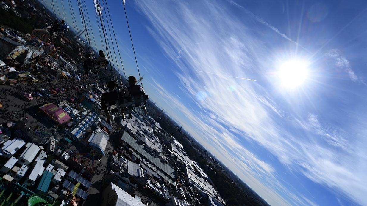 Im Jules Verne-Tower schwebt der Fahrgast über der Wiesn.