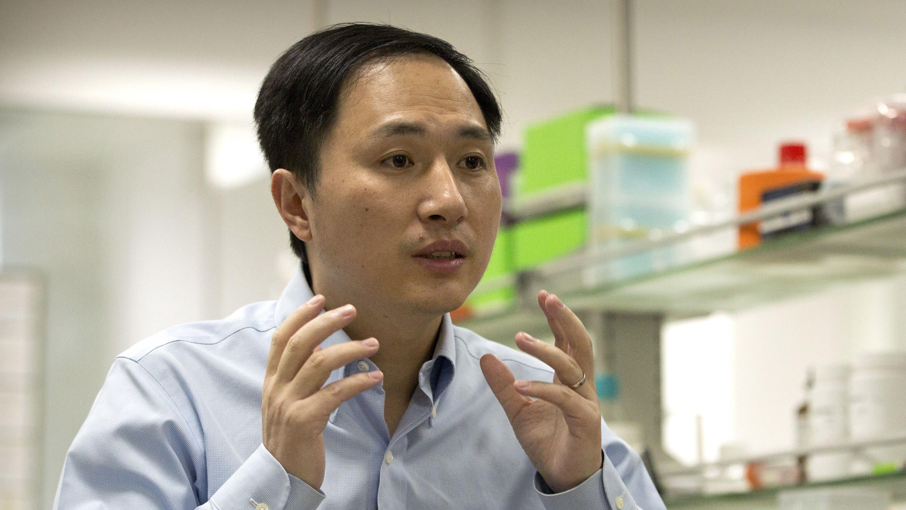 Der chinesische Wissenschaftler He Jiankui steht in seinem Labor in Shenzhen in der südlichen chinesischen Provinz Guangdong.