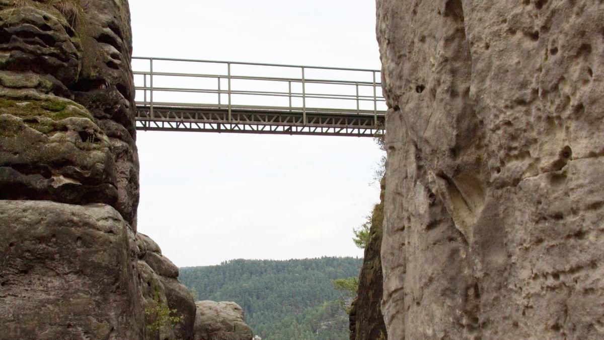 Felsschlucht mit Brücke