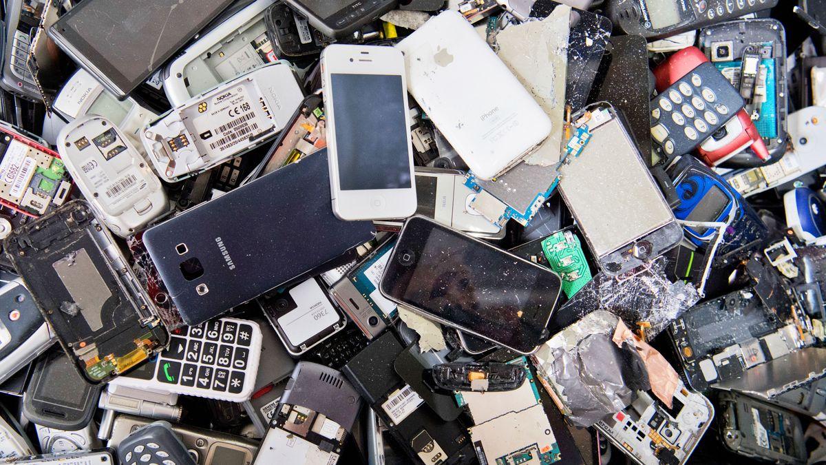 Alte und kaputte Smartphones liegen auf einem Haufen