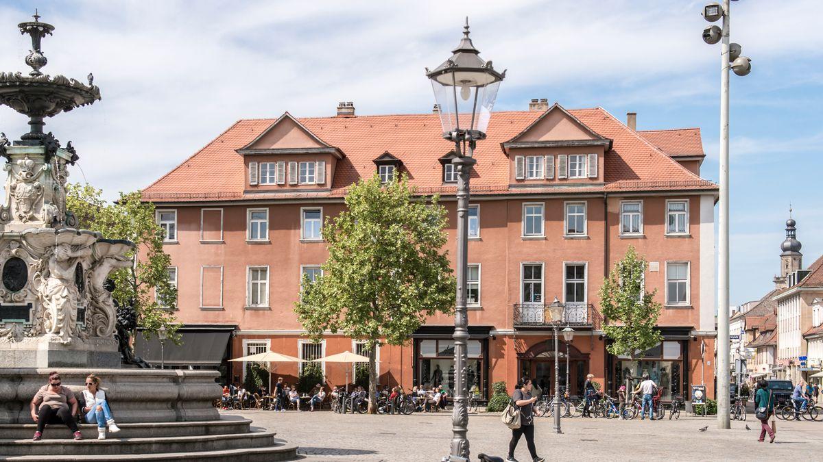 Volle Cafés am Erlanger Marktplatz vor der Corona-Pandemie.