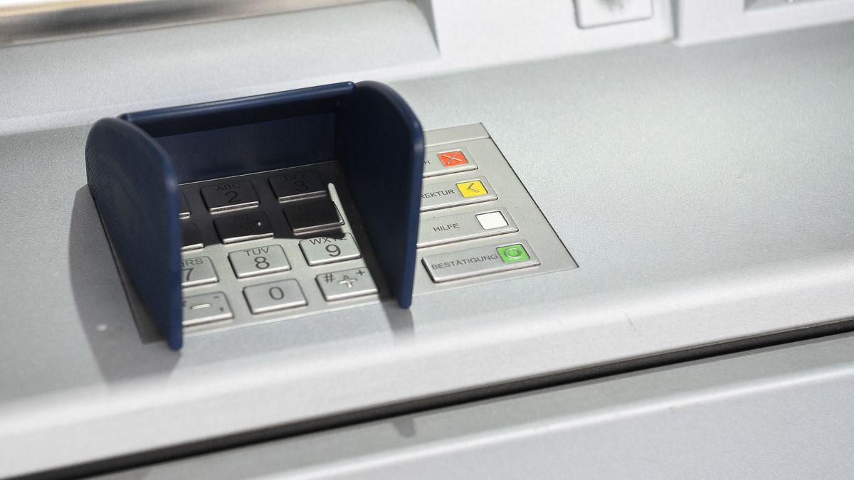 Geldautomat in einer Bank (Symbolfoto)