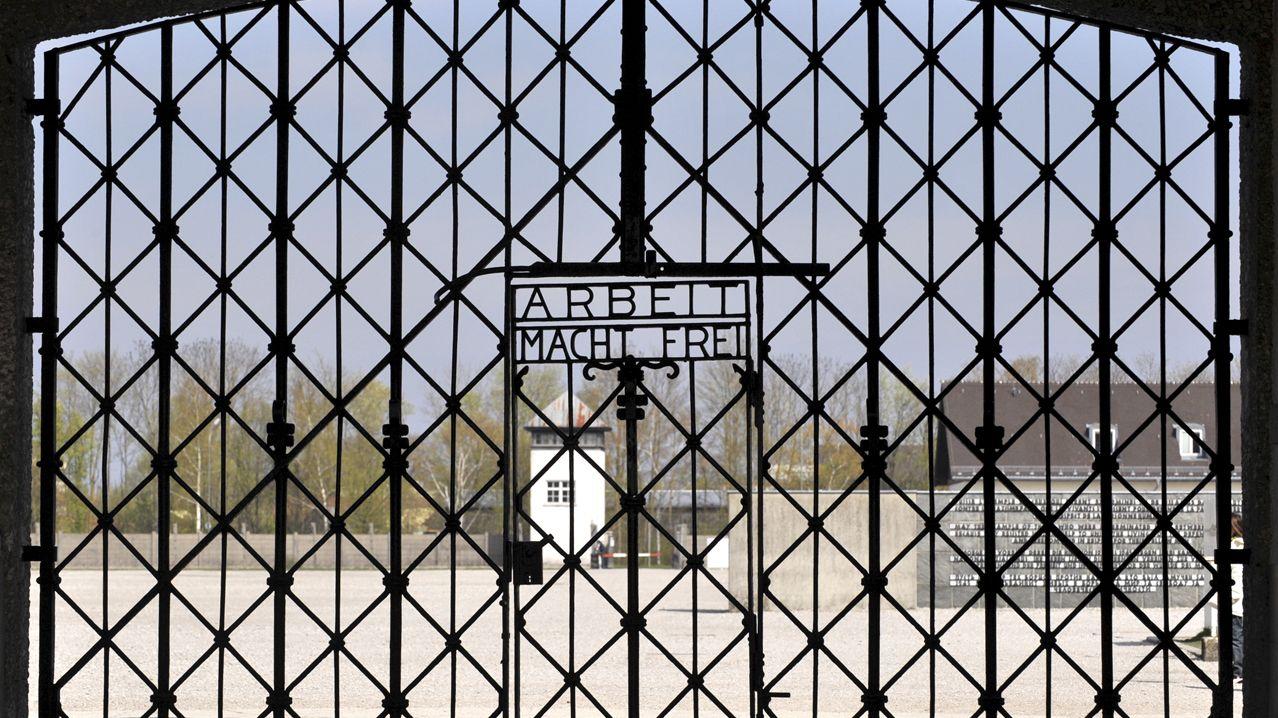 """Eingangstor zum ehemaligen KZ Dachau mit Schriftzug """"Arbeit macht frei"""""""