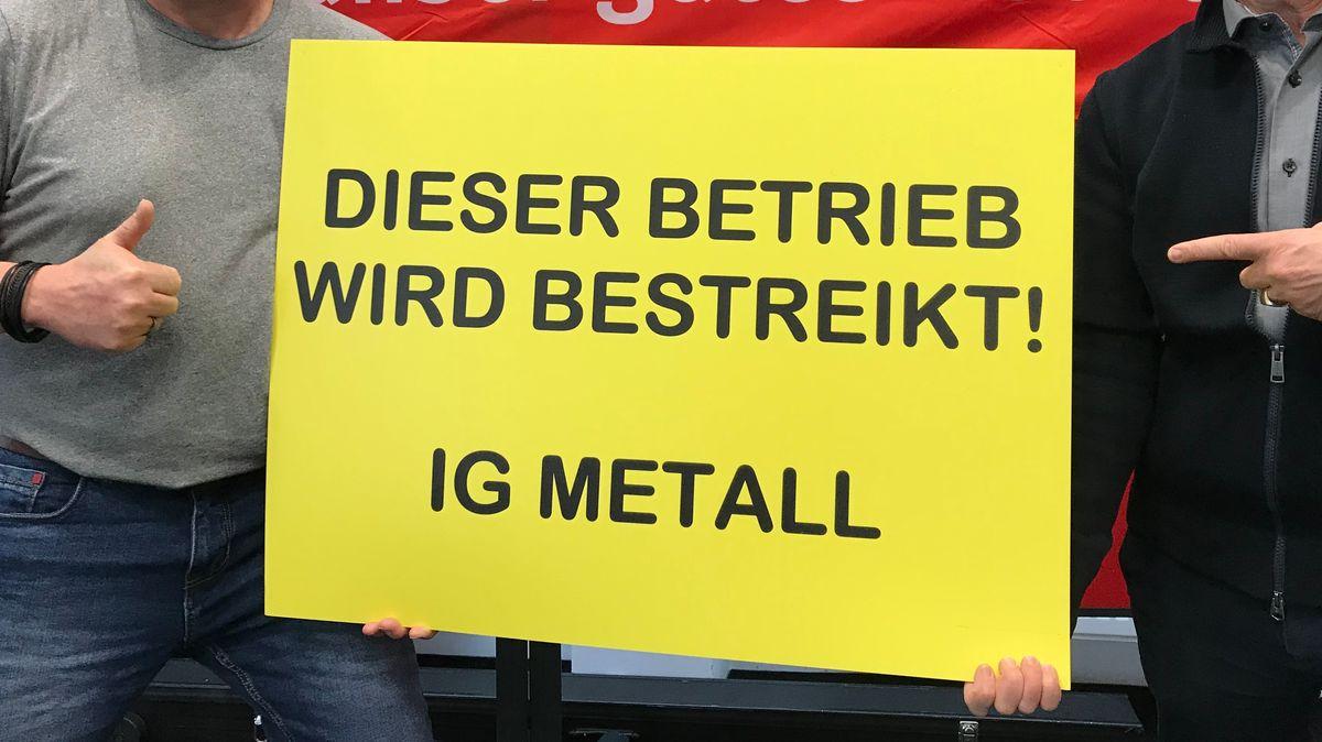 Hinweis-Tafel auf IG Metall-Streik