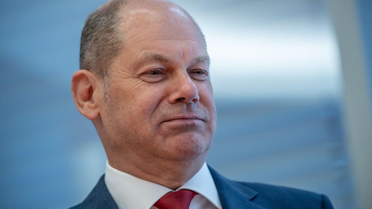 Olaf Scholz (SPD), Bundesminister der Finanzen, wartet auf den Beginn einer Sitzung des Bundestags-Finanzausschusses zum Wirecard-Skandal.