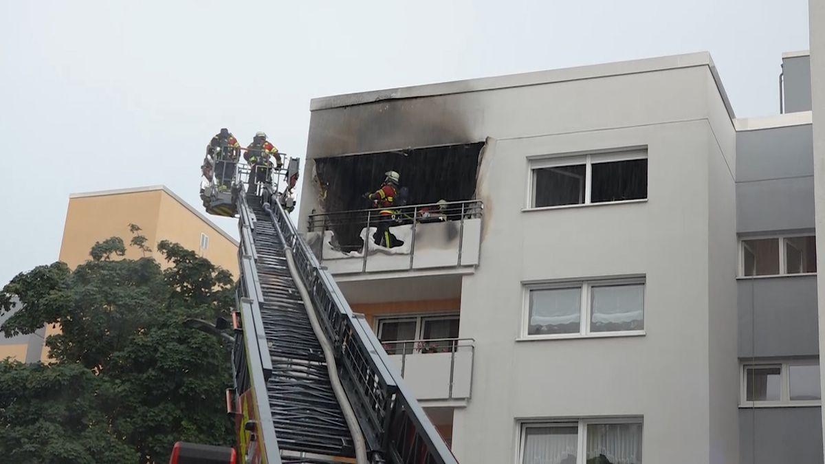 Feuerwehrleute löschen Balkonbrand im Würzburger Stadtteil Sanderau.