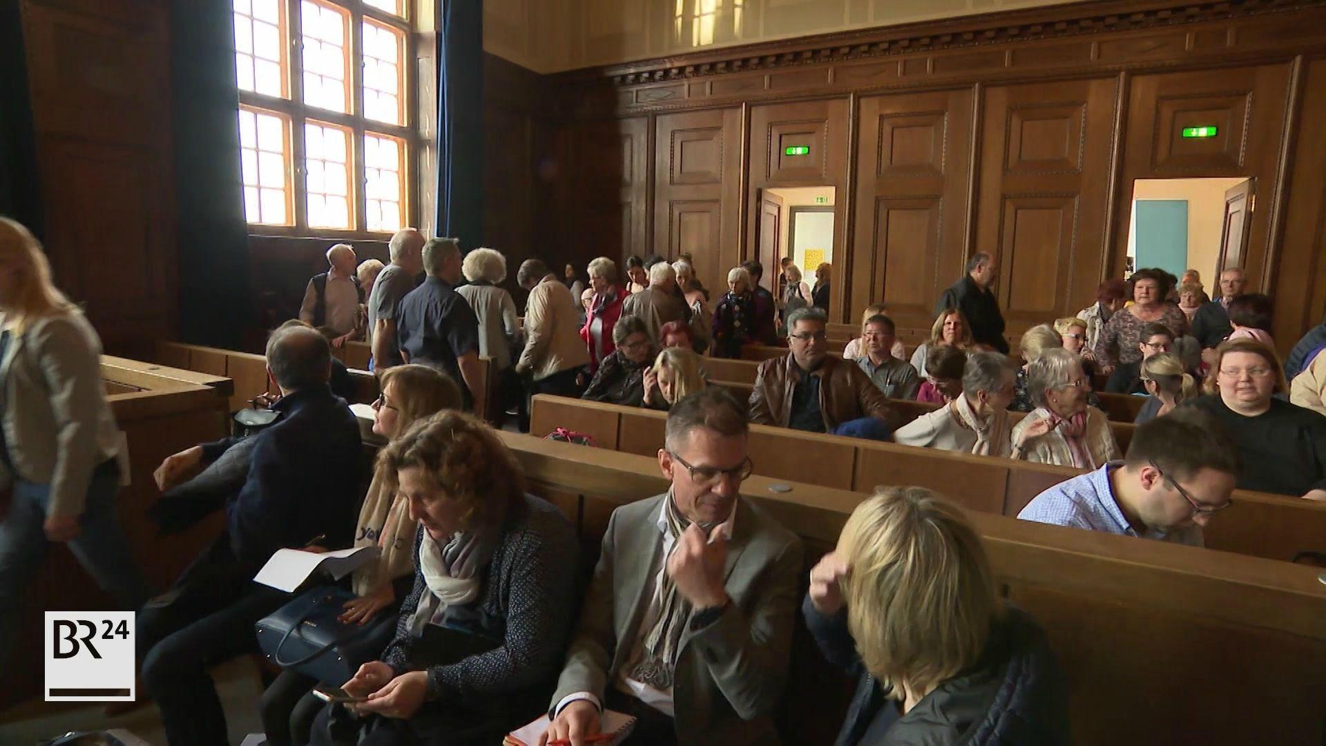 Zuschauer bei Verhandlung Doppelmord von Schnaittach im Saal 600