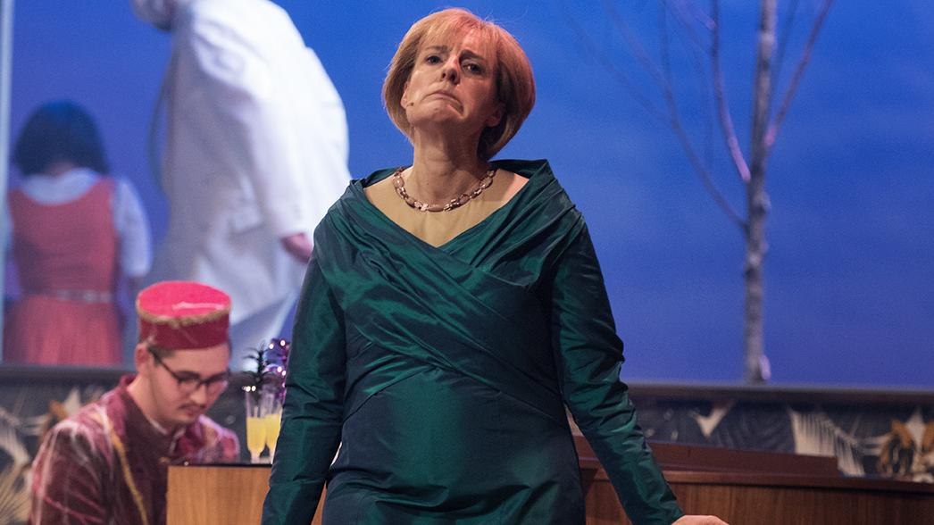 Antonia von Romatowski als Angela Merkel beim Politiker-Derblecken 2017 auf dem Nockherberg.