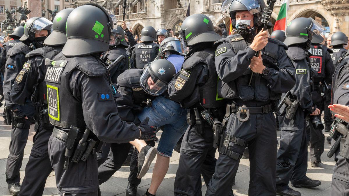 Polizist ringt mit Demonstrant in München