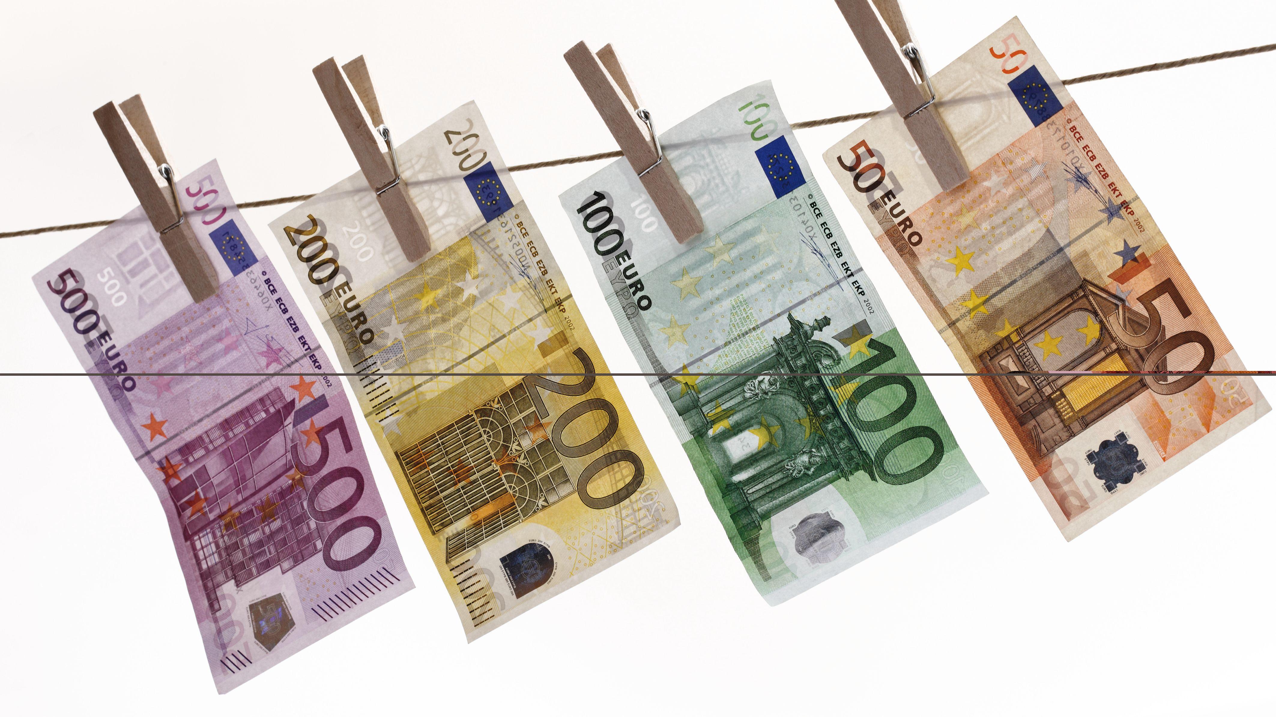 Geldscheine hängen an einer Wäscheleine