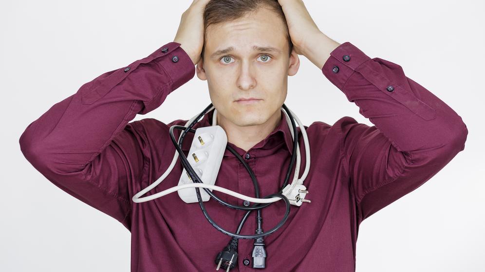 Mann mit Stromkabeln um den Hals   Bild:pa/dpa/Monique Wüstenhagen
