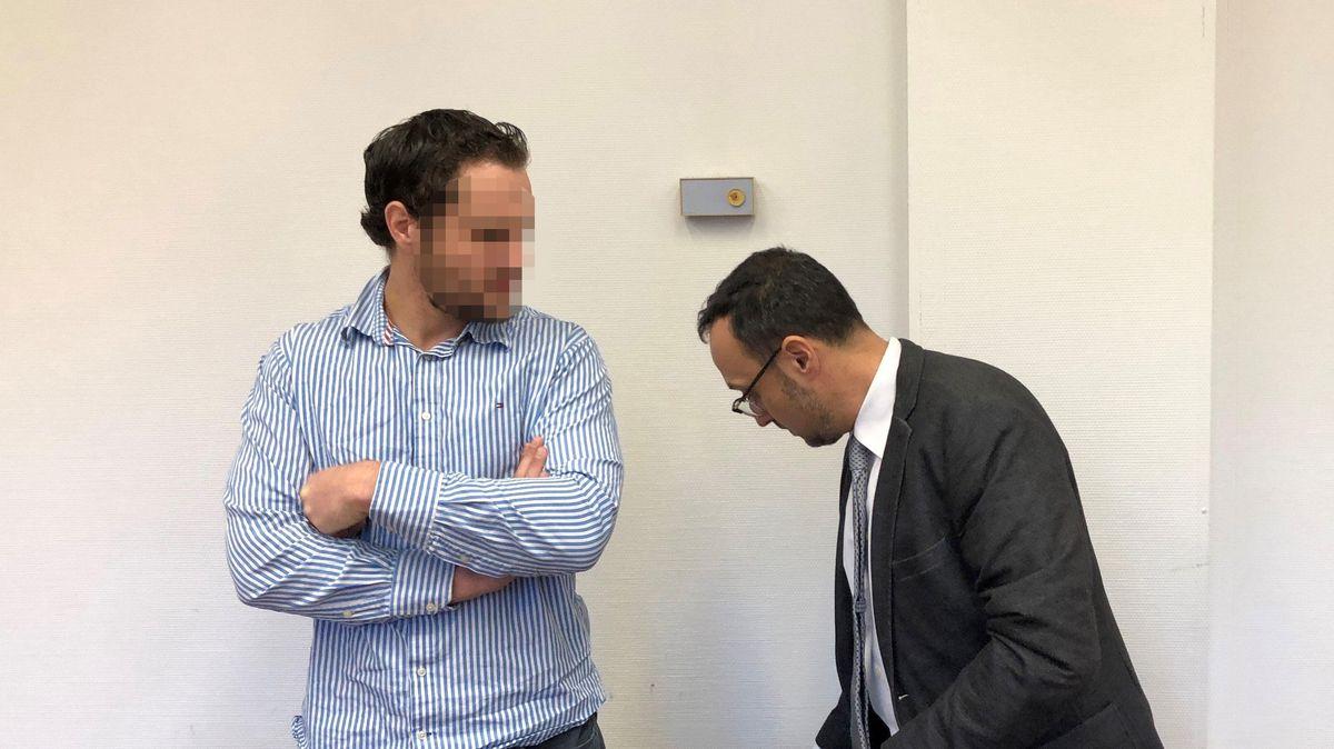 Nidal A. wurde am vergangenen Donnerstag vom Landgericht München zu einer Freiheitsstrafe von einem Jahr auf Bewährung verurteilt. Neben ihm sein Anwalt Adam Ahmed.