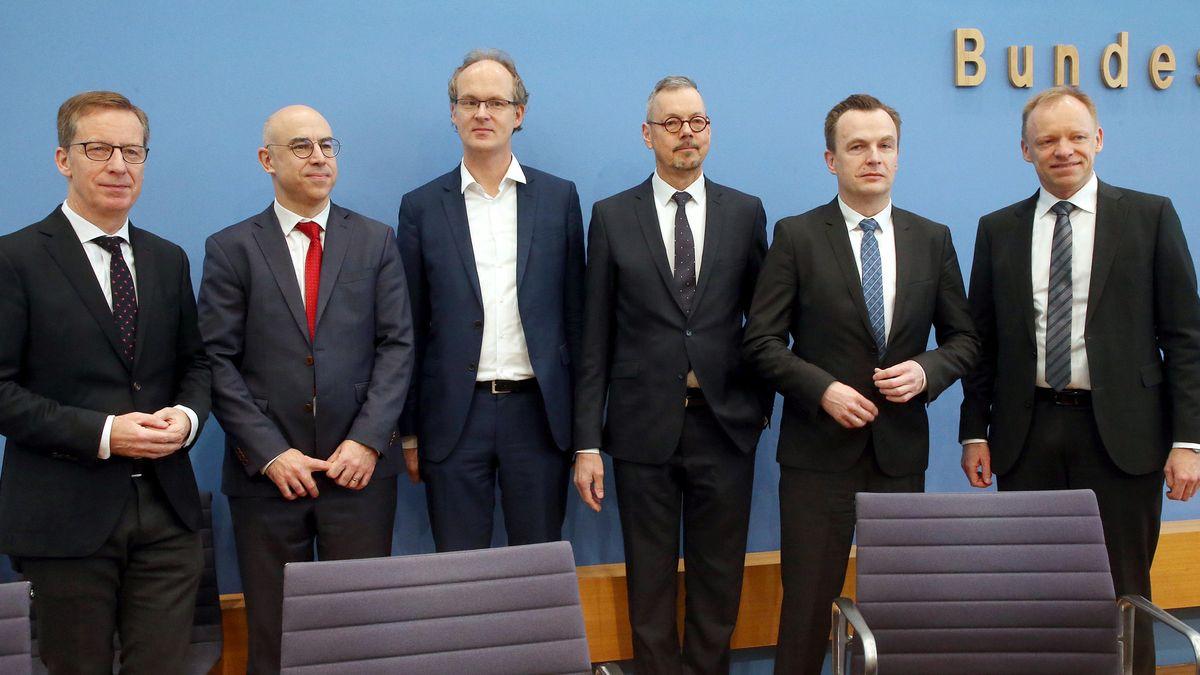Sechs Wirtschaftswissenschaftler vor der Bundespressekonferenz