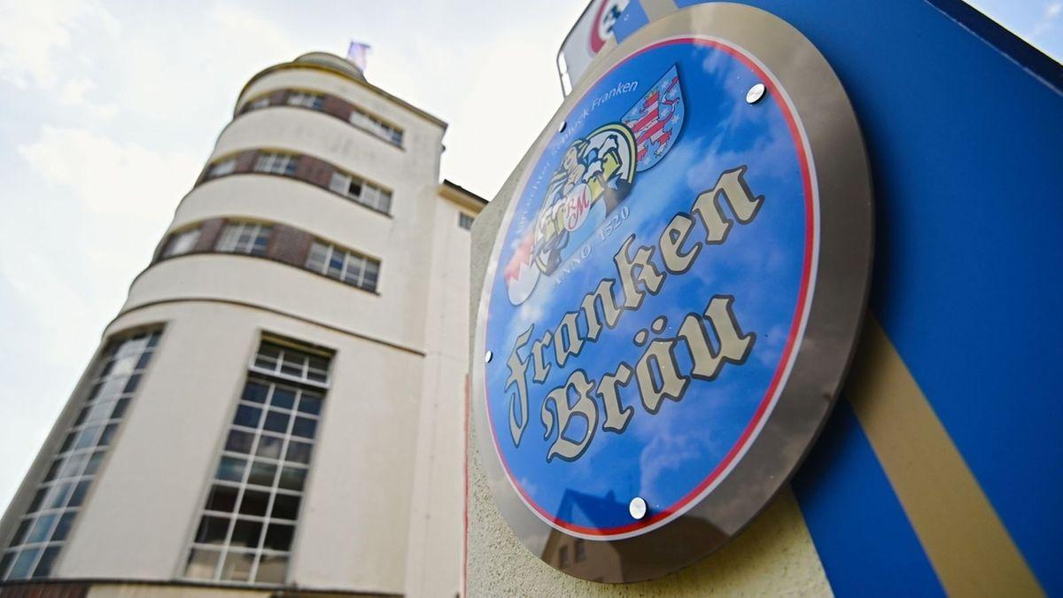 Das Brauereigebäude von Franken Bräu, daneben ein blau-goldenes Schild mit der Aufschrift Franken Bräu.