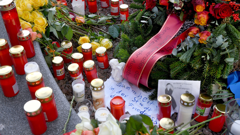 Am Augsburger Königsplatz liegen Blumen neben Kerzen. Ein Feuerwehrmann war am Abend des 06.12.2019 in seiner Freizeit hier in einer Auseinandersetzung mit einer Gruppe so schwer verletzt worden, dass er starb.