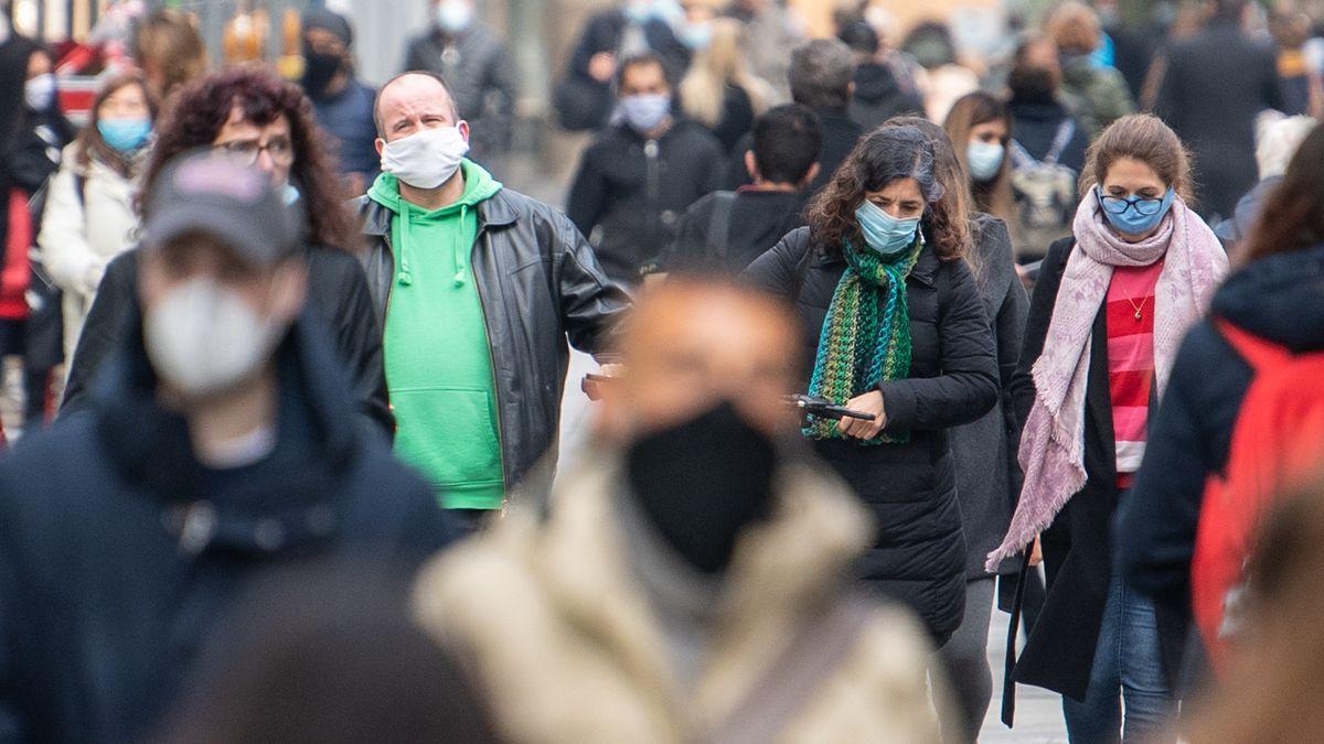 Passanten mit Schutzmasken