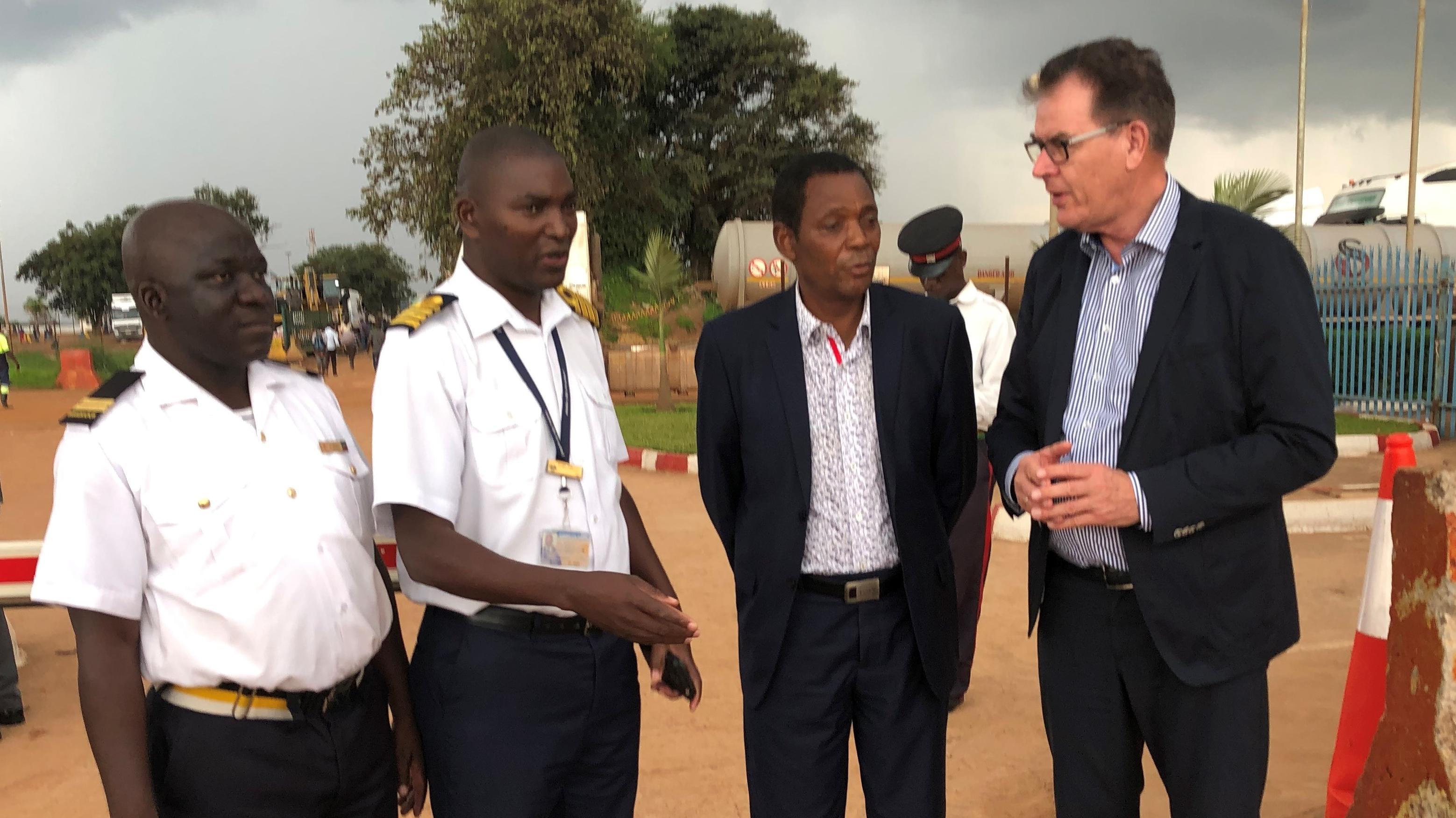 Minister Müller mit Gesprächspartnern an Sambias Grenze zum Kongo