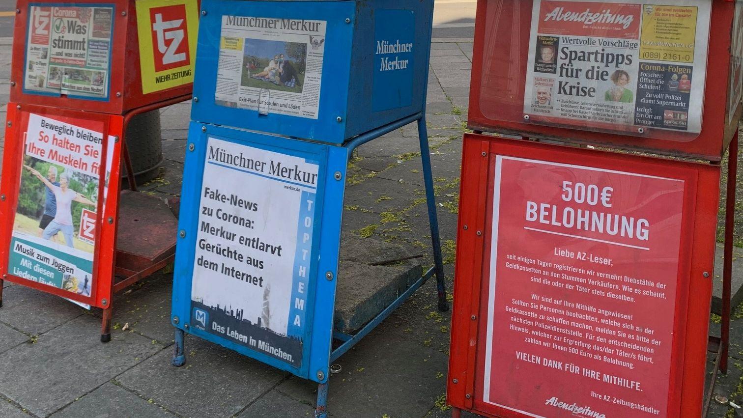 Auf einen Zeitungsverkaufsständer wird eine Belohnung ausgelobt für Hinweise zur Ergreifung des Seriebdiebs