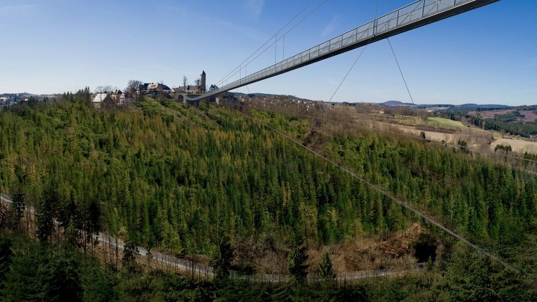 Eine Hängebrücke über Teile des Frankenwaldes.