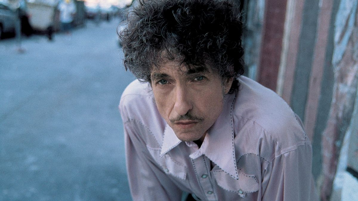 Mann mit Schnurrbart blickt von unten in die Kamera: Bob Dylan