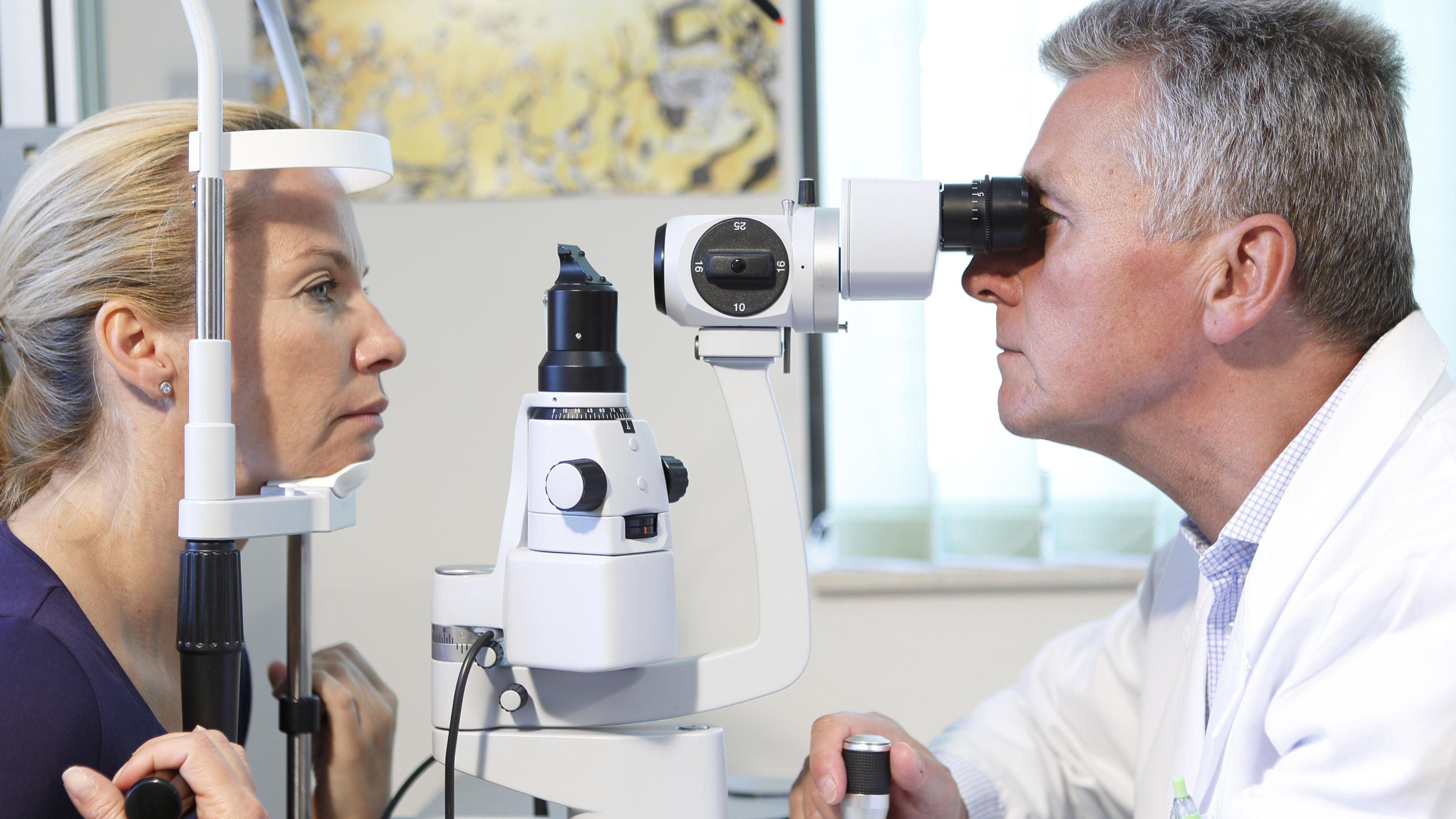 Untersuchung beim Augenarzt (Symbolbild)