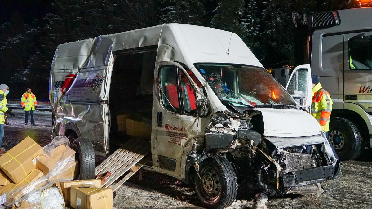 Demolierter Transporter nach dem Unfall.