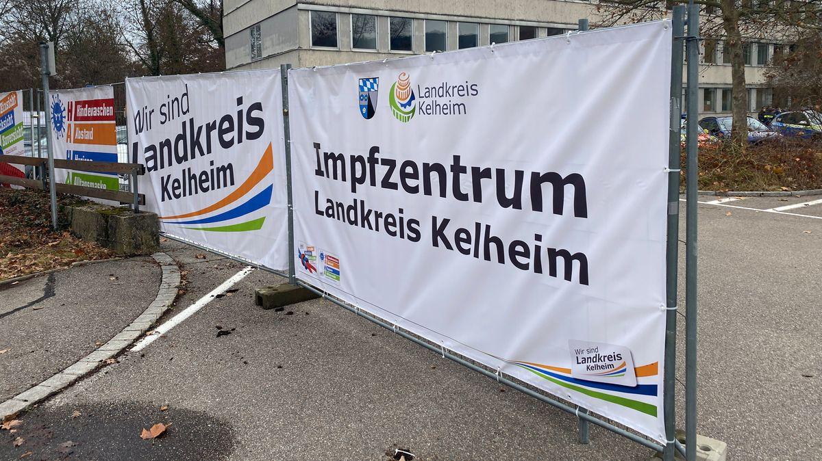 Vor dem Impfzentrum Kelheim