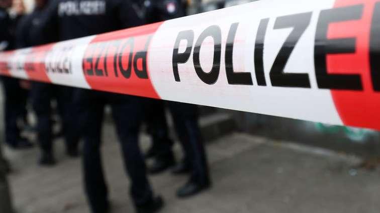 Toter bei Wohnungsbrand  21.03.2019, Hamburg: Ein Polizeibeamter der Spurensicherung geht nach einem Brand in ein Wohnhaus. Ein Mann ist bei dem Wohnungsbrand in Hamburg-Altona ums Leben gekommen.