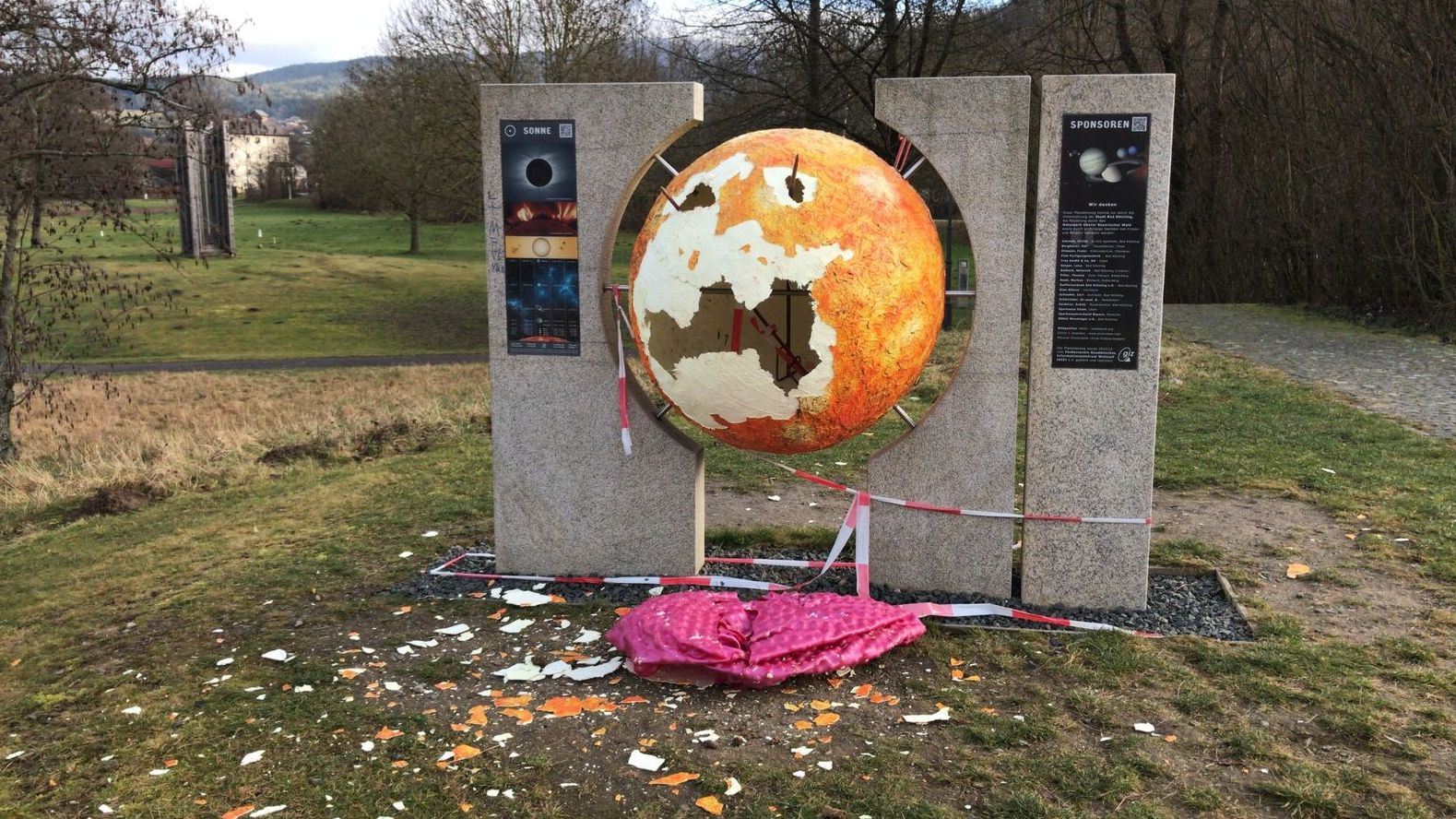"""Die zerstörte """"Sonne"""" am Startpunkt des Planetenwegs im Bad Kötztinger Kurpark"""