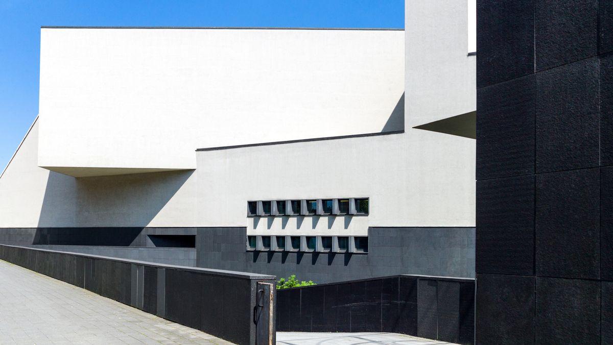 Das von Vittorio Gregotti entworfene Arcimboldi-Theater im Mailänder Bicocca-Viertel: eckig-geometrische Baukörper im Sonnenlicht