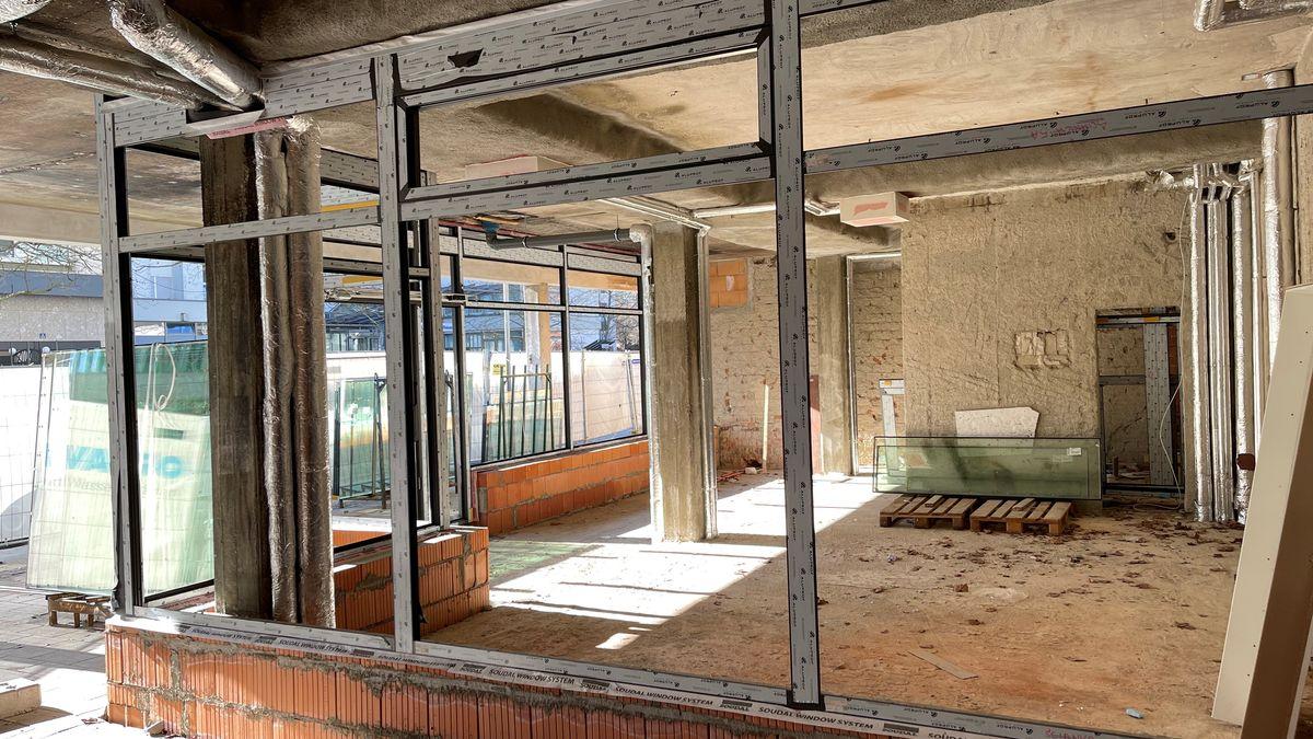 Die zerstörte Ladenzeile beim Wiederaufbau
