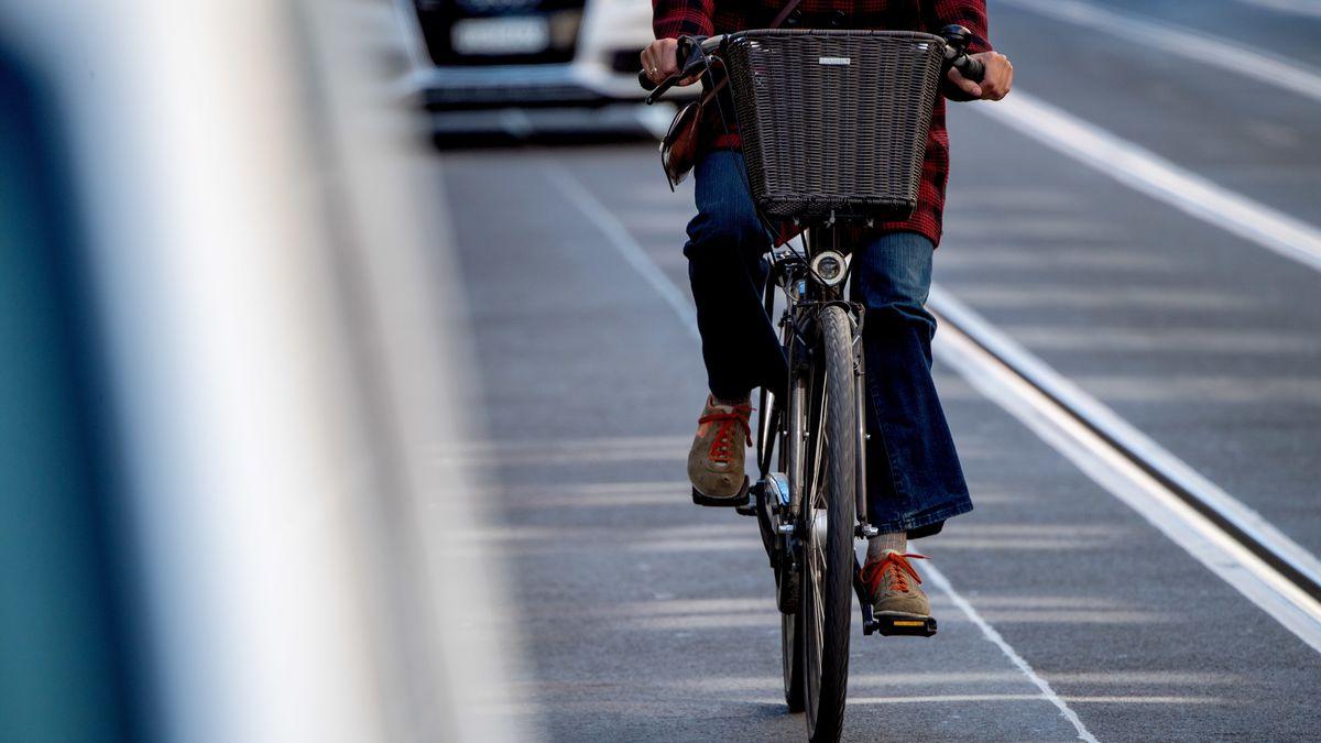 Radfahrer sollen mit den neuen Pop-Up-Radwegen in München mehr Platz bekommen. (Symbolbild)
