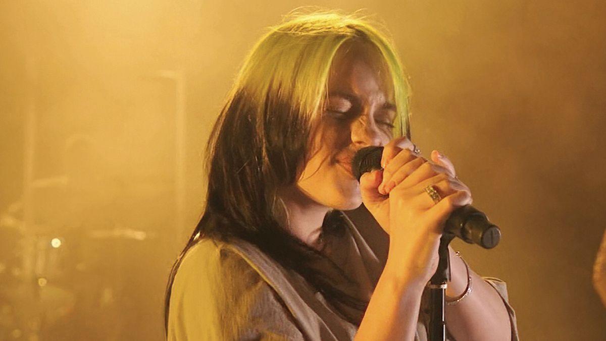 Porträt von Sängerin Billie Eilish vor gelbem Hintergrund, aufgenommen bei ihrer Performance The Future im August 2020