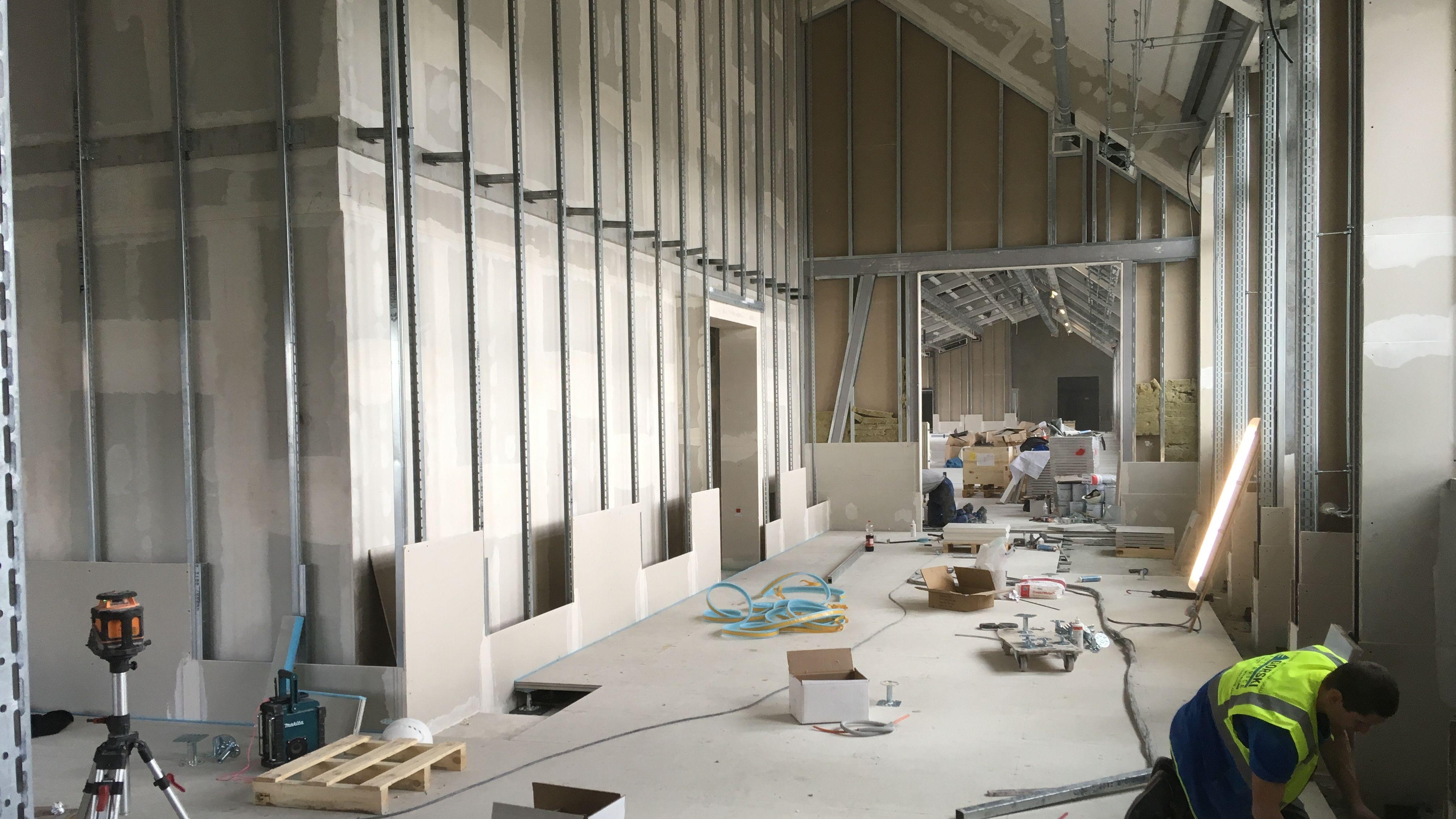 In den oberen Etagen des ersten Bauabschnittes sind die Rohbauarbeiten teilweise schon abgeschlossen. Hier verlegen die Bauarbeiter Böden und Wandverschalungen.