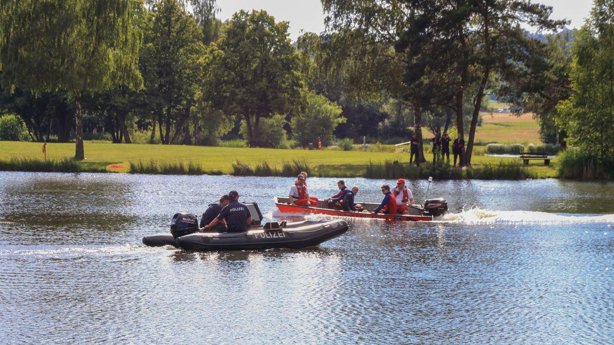 Einsatzkräfte in Booten auf dem Trebgaster Badesee.
