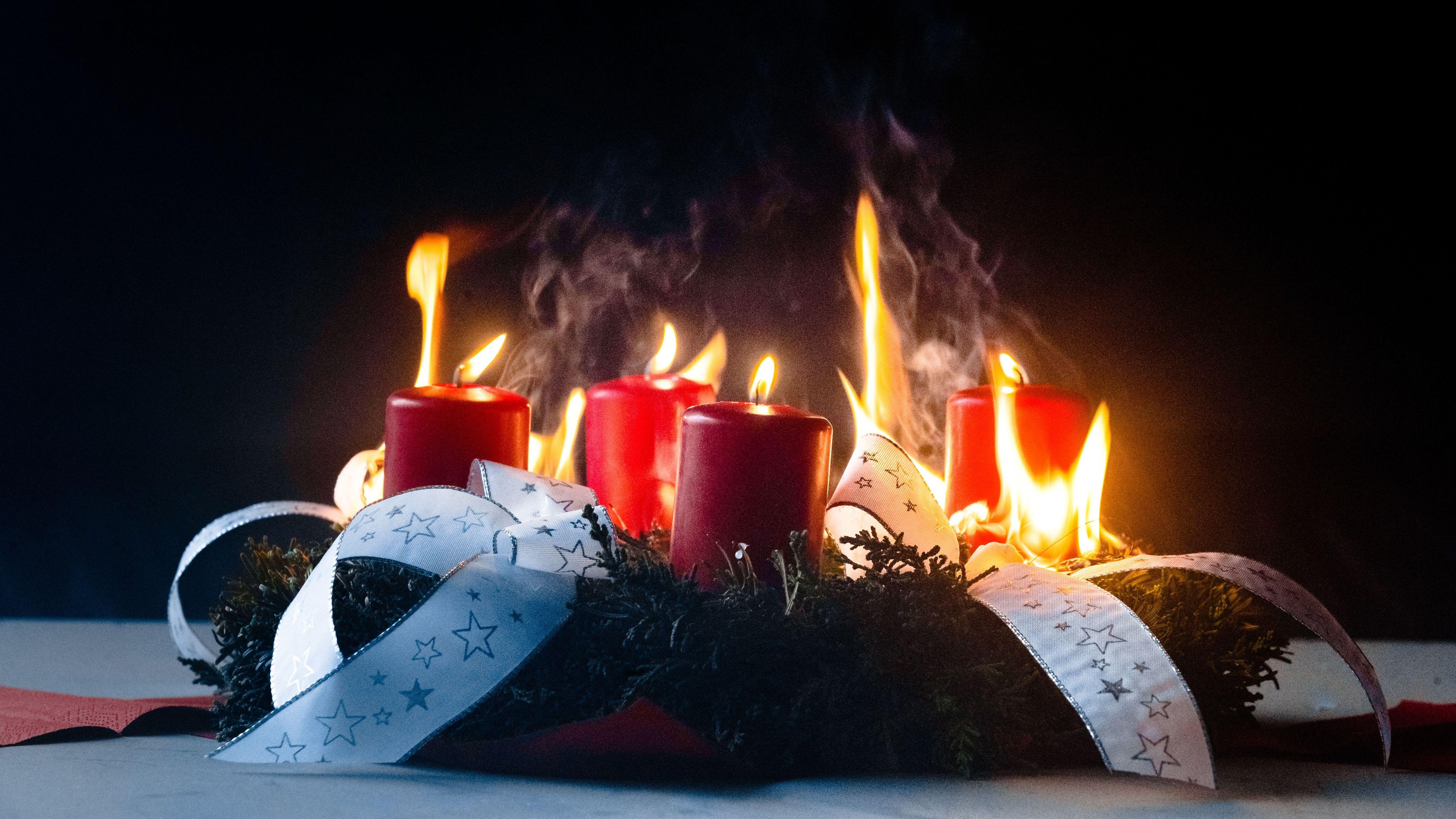 Ein Adventskranz steht in Flammen