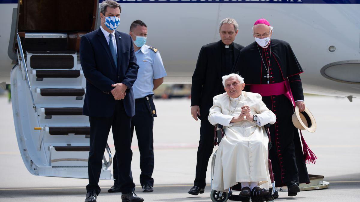 Der emeritierte Papst Benedikt XVI. wurde vom bayerischen Ministerpräsidenten Marcus Söder mit bayerischen Spezialitäten verabschiedet.